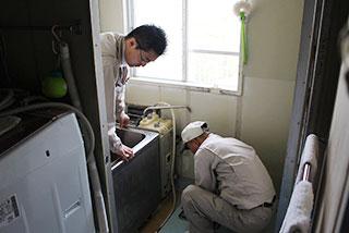 修理箇所やリフォームする現場の確認作業
